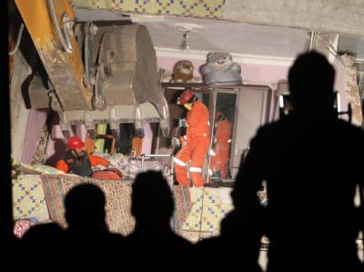Rettungskräfte suchen in den zerstörten Häusern nach Überlebenden und bergen Tote. Foto: Tolga Bozoglu