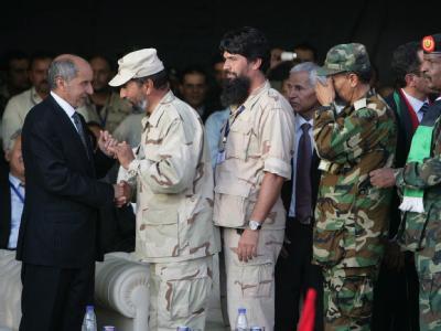 Der Ratsvorsitzende, Mustafa Abdul Dschalil, (l) rief seine Landsleute zu Einheit, Versöhnung, Geduld und Toleranz auf. Foto: Sabri Elmhedwi