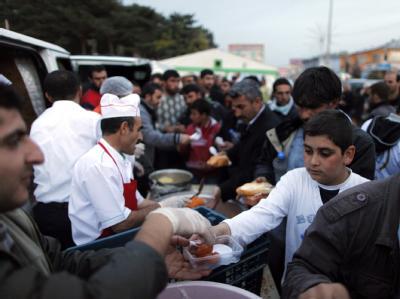 In Ercis werden Überlebende des Erdbebens mit Essen versorgt. Mehr als 2300 Rettungskräfte sind inzwischen in der Provinz im Einsatz. Foto: Tolga Bozoglu