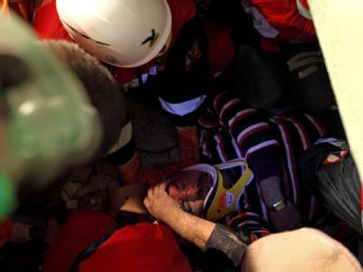 Ein Überlebender wird aus den Trümmern geborgen. Foto: Tolga Bozoglu