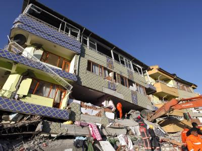 Die Rettungsarbeiten werden durch die Einsturzgefahr behindert. Foto: Tolga Bozoglu