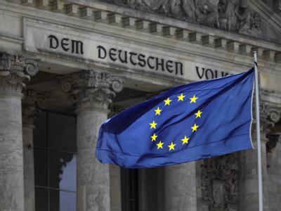 EU-Flagge vor Reichstagsgebäude