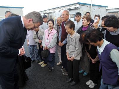 Bundespräsident Christian Wulff besucht Bewohner einer Behelfswohnsiedlung in der Stadt Iwaki in der Präfektur Fukushima. Foto: Wolfgang Kumm