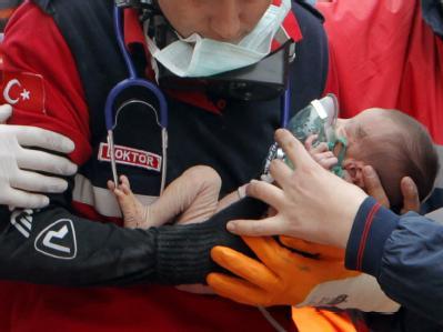 Wi ein Wunder: Erst wurde die kleine Azra gerettet, wenig später auch die Mutter und die Großmutter. Foto: Tolga Bozoglu