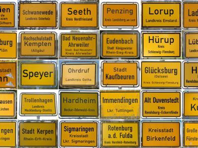 Großteil der Ortsschilder von Kommunen, die vom Abzug der Bundeswehr betroffen sind. Fotos: dpa
