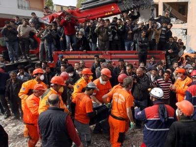 Bei den Rettungsarbeiten nach dem Erdbeben in der Türkei schwinden die Hoffnungen auf weitere Überlebende. Am Donnerstag zogen Helfer noch einen jungen Mann lebend aus den Trümmern. Foto: Tolga Bozoglu