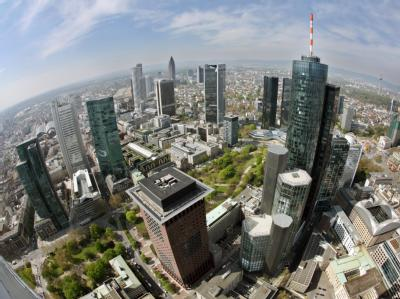 Blick über die Frankfurter Bankentürme: Griechenland wird der halbe Schuldenberg erlassen - stehen die Banken das ohne neue Staatshilfe durch? Foto:Boris Roessler