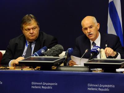 Griechenlands Premierminister George Papandreo (R) und sein Finanzminister Evangelos Venizelos am Ende des Verhandlungsmarathons in Brüssel. Foto: Benoit Dopagne