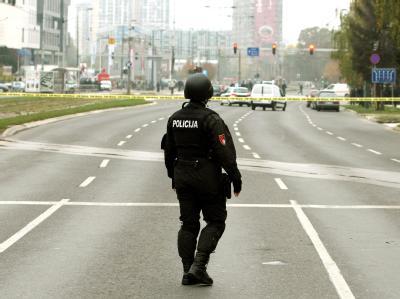 Ein bosnischer Polizist sichert die Straße vor der US-Botschaft in der Innenstadt von Sarajevo. Foto: Fehim Demir