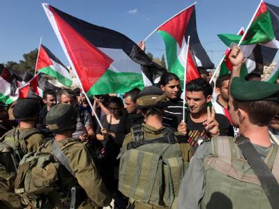 Palästinensische Demonstranten treffen bei Betlehem auf israelische Sicherheitskräfte. Nach Raketenagriffen auf Israel ist die Gewalt in Nahost ist erneut eskaliert. Foto: Abed Al Hashlamoun