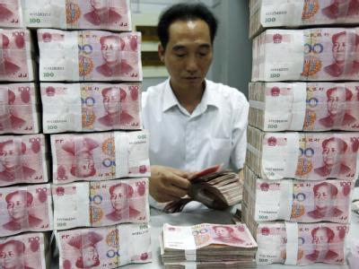 Ein chinesischer Bankangestellter zählt Geldscheine in einer Bank in Huaibei. Trotz des Durchbruchs auf dem Euro-Krisengipfel will Peking nicht einfach Milliarden für den neuen Rettungsfonds zusagen. Foto: Woo He