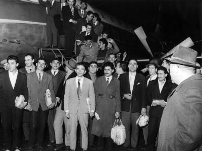 55 türkische Gastarbeiter kommen am 27.11.1961 auf dem Flughafen in Düsseldorf an. Foto: Wolfgang Hub