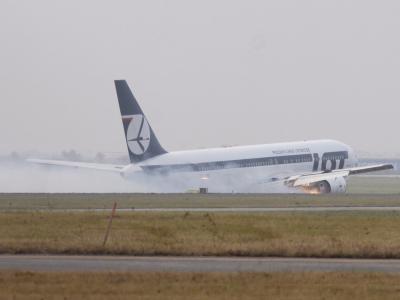 Glückliches Ende einer Boeing-Bauchlandung: Nach Problemen am Fahrwerk musste ein polnisches Flugzeug mit mehr als 230 Menschen an Bord in Warschau notlanden. Foto: Jacek Moczydlowski