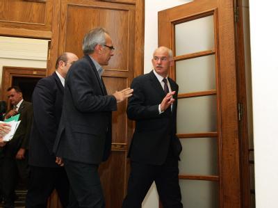 In Athen ging am frühen Morgen eine mehrstündige Krisensitzung des Ministerrates unter Vorsitz von Papandreou ohne dramatische Ergebnisse zu Ende. Nun reist der griechische Ministerpräsident zum Krisengipfel nach Cannes. Foto: Simela Pantzartzi