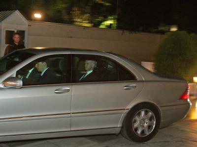 Nächtliche Krisendiplomatie: Noch-Premier Papandreou auf dem Weg zu einem Kabinettstreffen. Foto: Simela Pantzartzi