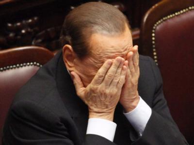 Erschöpft: Italiens Premier Silvio Berlusconi während einer Parlamentsdebatte. Foto: Alessandro di Meo
