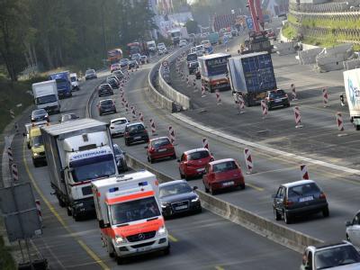 Enge linke Fahrstreifen an Autobahnbaustellen sind der Horror vieler Autofahrer. Wenn rechts Lastwagen über den Mittelstreifen ragen und der Hintermann drängelt, sinkt manch einem das Herz in die Hose. Foto: Marius Becker