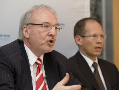 Der Vorsitzende des Marburger Bundes, Rudolf Henke (l), und der 2. Vorsitzende Andreas Botzlar sprechen auf einer Pressekonferenz in Berlin. Foto: Sebastian Kahnert