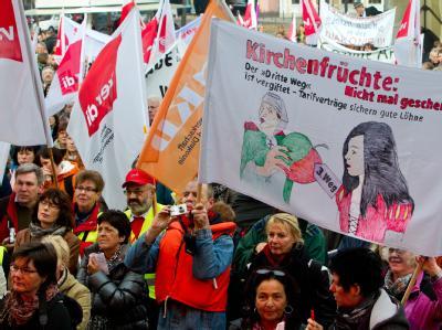 Im Vorfeld der EKD-Generalsynode haben Kirchenmitarbeiter in Magdeburg für ein Streikrecht demonstriert. Archivfoto: Jens Wolf