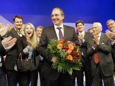 Jost de Jager nimmt nach der Wahl zum Spitzenkandidaten Glückwünsche entgegen. Foto: Markus Scholz