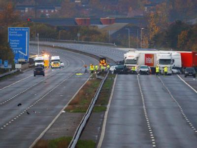 Bei einer  Massenkarambolage sind auf der Autobahn M 5 im Südwesten Englands mehrere Menschen ums Leben gekommen. Foto: Chris Ison/PA Wire