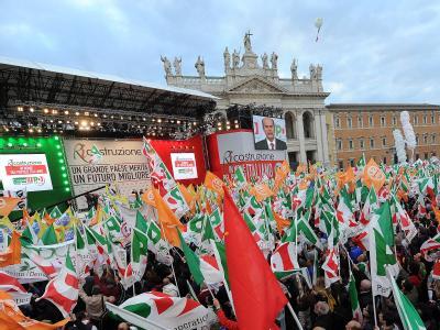 PD-Chef Pierluigi Bersani forderte auf der Kundgebung vor zehntausenden Teilnehmern einen Kurswechsel. Foto: Maurizio Brambatti