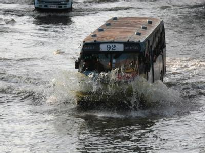 Ein Bus kämpft sich durch die Fluten im Lat Phrao-Distrikt in Bangkok. Foto: Narong Sangnak