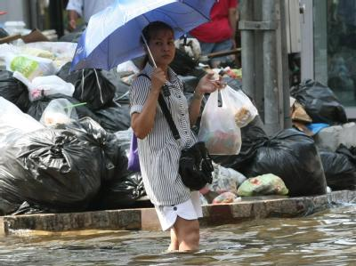 Neben den Wassermassen werden in Bangkok nun auch die Müllberge zum Problem. Foto: Narong Sangnak