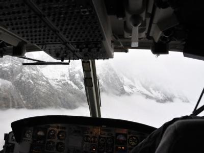 Mit einem Helikopter suchen Rettungskräfte nach zwei Bergsteigern, die seit Tagen am Montblanc vermisst werden. Foto: Marcoz Enrico