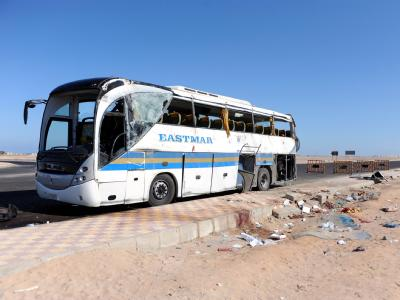 Ein Urlaub am Roten Meer hat für elf Ungarn ein tödliches Ende genommen. Auf dem Weg vom Hotel zum Flughafen überschlug sich der Bus der Reisegruppe, weil der Fahrer die Kontrolle über sein Fahrzeug verlor. Foto: Tamas Kovacs