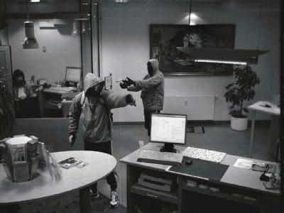 Das Bild einer Überwachungskamera zeigt die Täter bei einem Bankraub am 7.9.2011 in Arnstadt. Foto: Polizeidirektion Gotha