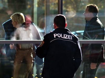 Polizisten führen die im Heilbronner Polizistenmord verdächtige 36-Jährige aus einem Gebäude der Staatsanwaltschaft Zwickau. Foto: Jan Woitas