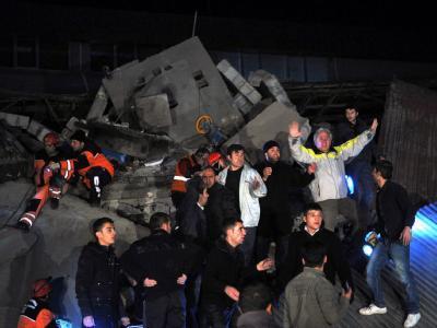 Rettungskräfte und freiwillige Helfer bergen Überlebende aus den Trümmern. Foto: Ecrim Aydin