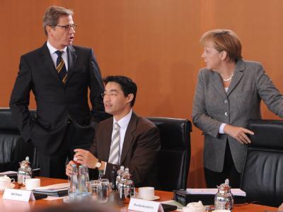 Bundeskanzlerin Angela Merkel (CDU) und Außenminister Guido Westerwelle (FDP) zu Beginn der Kabinettssitzung. Im Vordergrund Bundeswirtschaftsminister und Vizekanzler Philipp Rösler (FDP). Foto: Rainer Jensen