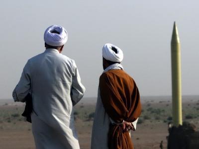 Iranische Geistliche schauen auf die erste vom Iran modifizierte Kurzstreckenrakete Shahab-1: Der iranische Religionsführer Chamenei droht unverhohlen mit Vergeltungsschlägen, falls sein Land angegriffen werden sollte. Der Atomstreit spitzt sich zu. Archi