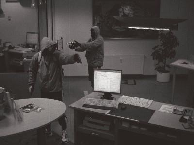 Das Bild einer Überwachungskamera zeigt die Täter bei einem Bankraub am 07.09.2011 in Arnstadt. Die Leichen der beiden Männer wurden am 04.11.2011 in einem ausgebrannten Wohnmobil in Eisenach entdeckt. Foto: Polizeidirektion Gotha