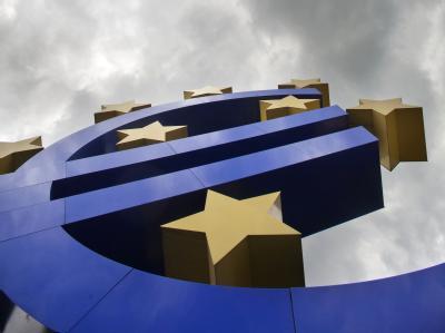 Dunkle Wolken über der Euro-Skulptur vor der Europäischen Zentralbank (EZB) in Frankfurt am Main. Foto: Frank Rumpenhorst