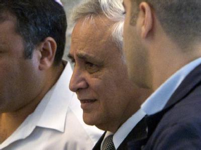 Jetzt ist das Urteil endgültig. Der frühere israelische Staatschef Katsav muss als Sexualstraftäter sieben Jahre ins Gefängnis. Damit kommt erstmals ein israelischer Ex-Präsident hinter Gitter. Foto: Jim Hollander