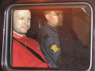 In einem Polizeiauto verlässt Anders Behring Breivik ein Gericht in Oslo: Archivfoto: Jon Are Berg Jacobsen/Aftenposten