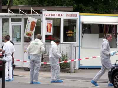 Polizisten der Spurensicherung arbeiten an einem Imbiss in Nürnberg, dessen Besitzer erschossen aufgefunden wurde. Archivfoto: Marcus Führer