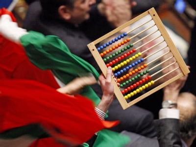 Ein Abacus und italiensiche Flaggen sind im italienischen Parlament nach einer erfolgreichen Vertrauensabstimmung für Berlusconi zu sehen. Archivfoto: Alessandro Di Meo