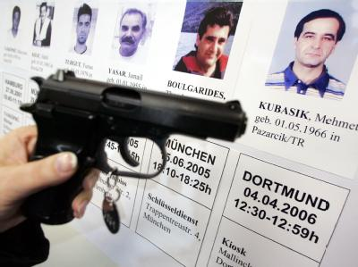 Eine Bilderwand mit den Porträts der Opfer im Polizeipräsidium in Dortmund. Archivfoto: Bernd Thissen