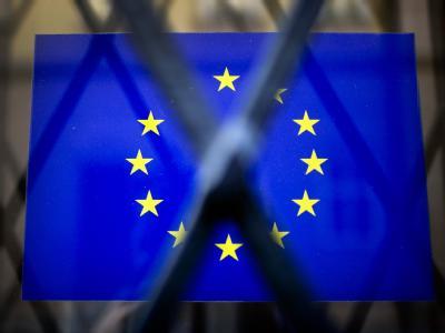 In einem vergitterten Fenster klebt ein Aufkleber der Europäischen Union. Foto: Arno Burgi