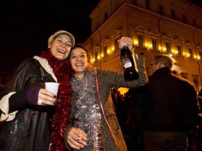 Italiener feiern vor dem Präsidentenpalast den Rücktritt Berlusconis. Foto: Massimo Percossi