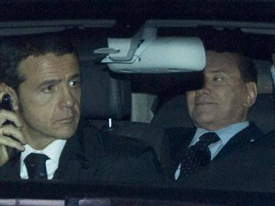 Auf dem Weg zum Rücktritt: Silvio Berlusconi lässt sich zum Präsidentenpalast chauffieren. Foto: Claudio Peri