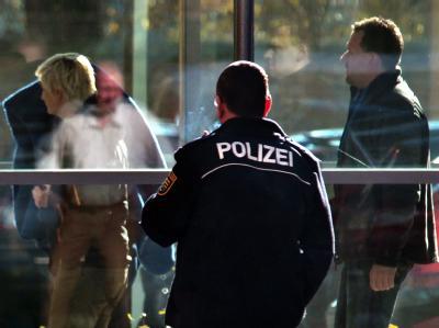 Polizisten führen die 36-jährige Beate Z. aus einem Gebäude der Staatsanwaltschaft Zwickau. Foto: Jan Woitas