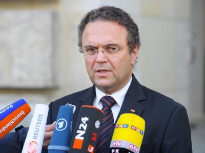 Bundesinnenminister Hans-Peter Friedrich (CSU) will gefährliche Neonazis in einem neuen Zentralregister erfassen. Foto: Soeren Stache