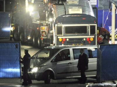 Nach dem tödlichen Anschlag von Arid Uka auf zwei US-Soldaten am Frankfurter Flughafen am 02.03.2011 werden die Leichen der Opfer abtransportiert. Foto: Boris Roessler