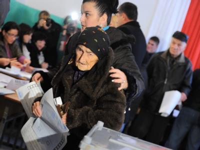 Eine alte Frau steht in Tskhinvali in Südossetien an der Wahlurne. Foto:Aleshkovsky Mitya