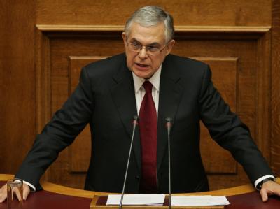 Lucas Papademos, neuer griechischer Ministerpräsident, spricht vor dem Parlament in Athen. Foto: Alexandros Vlachos